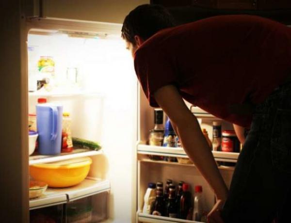 Spuntini notturni: perché ci svegliamo e mangiamo di notte